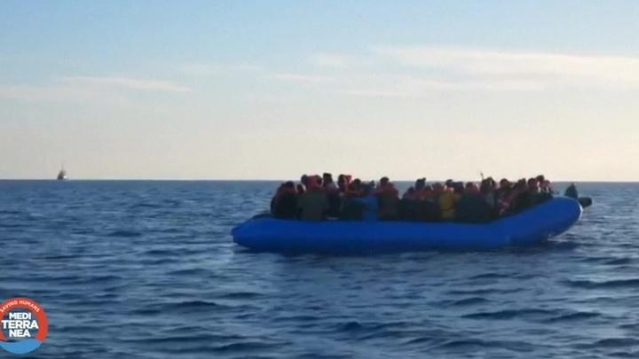 Прокуратура Италии арестовала судно, которое доставило в порт Лампедуза 49 мигрантов