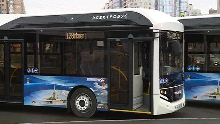 По улицам Северной столицы начали курсировать электробусы
