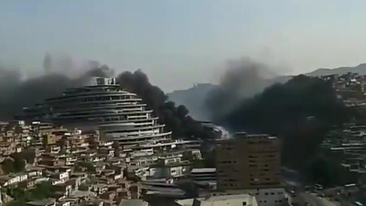 Близ штаб-квартиры нацразведки Венесуэлы тушат крупный пожар