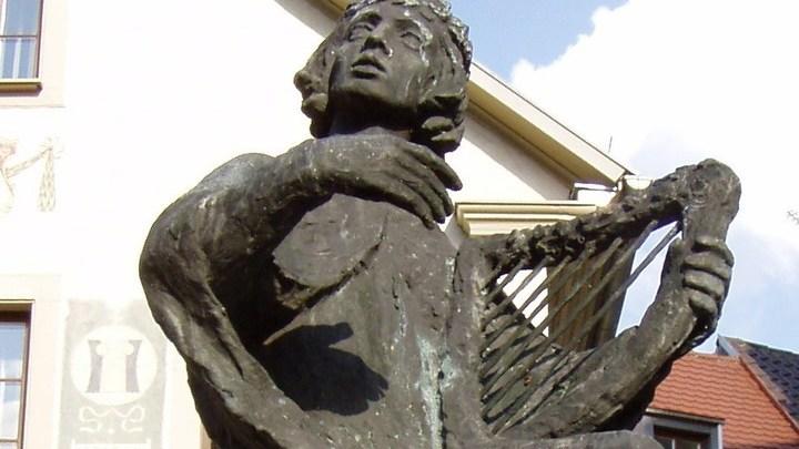 Памятник миннезингеру Отто фон Ботенлаубену, Бад-Киссинген, скульптор — Лоре Фридрих-Гронау, 1965 год/ автор фото - Sigismund von Dobschütz/ CC BY-SA 3.0