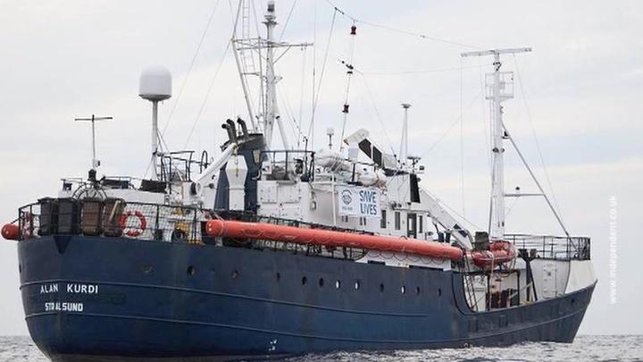 Европейские страны спорят, куда может пристать судно с десятками нелегалов на борту
