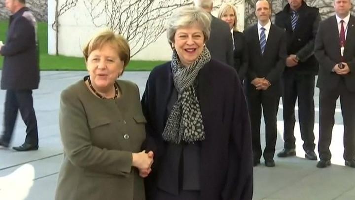 """Туловище Меркель говорит """"нет"""", но Мэй скребется в дверь Евросоюза"""