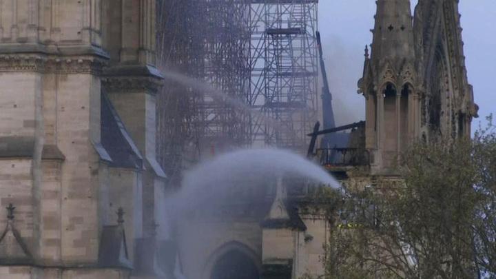 Шпиль Собора Парижской Богоматери обрушился