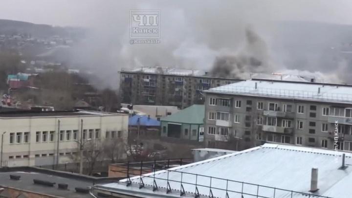 В Красноярском крае тушат крупный пожар в жилом доме