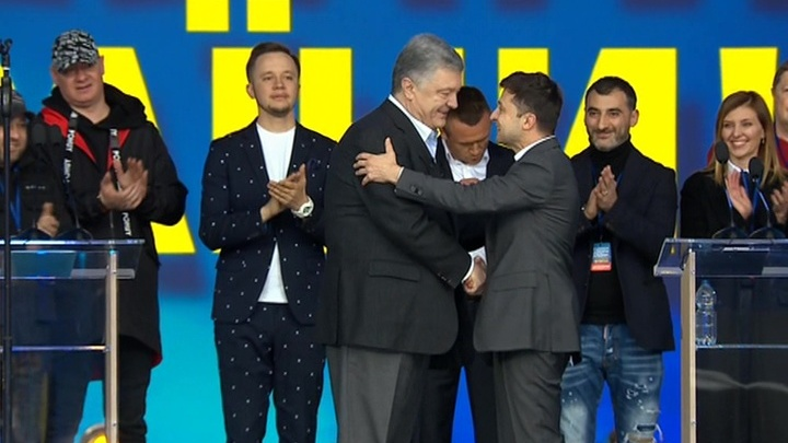 Зеленский все же пожал руку Порошенко