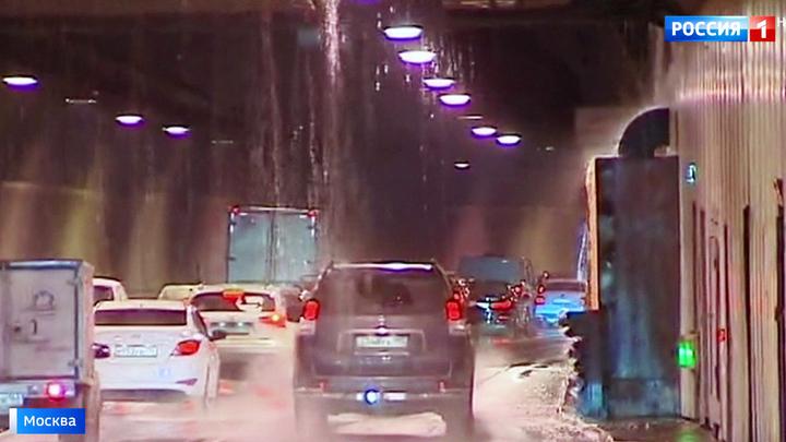 Вода течет прямо с потолка: в Лефортовском тоннеле столицы потоп