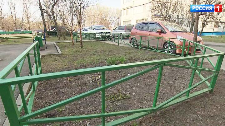 В столице избавятся от старых железных ограждений газонов