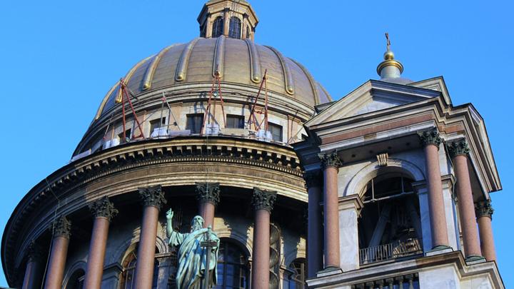 Купол, колоннада и одна из колоколен Исаакия. При золочении купола было использовано более 100 килограммов червонного золота. Арх.О.Монферран,1818-1858гг. Фото Леонида Варебруса
