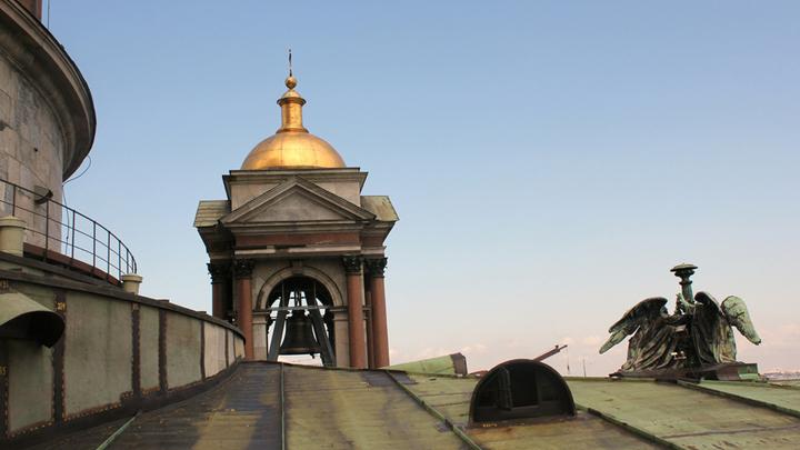 На крыше собора. Идем слушать новые колокола Исаакия. Прежние,отлитые по проекту О.Монферрана из сибирских пятаков на заводе Ивана Стуколкина, уничтожены в 1932 году. Фото Леонида Варебруса.