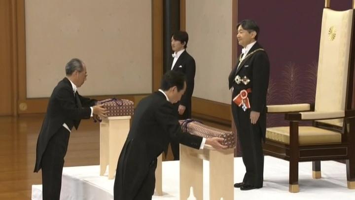 Императору Нарухито вручены символы полномочий