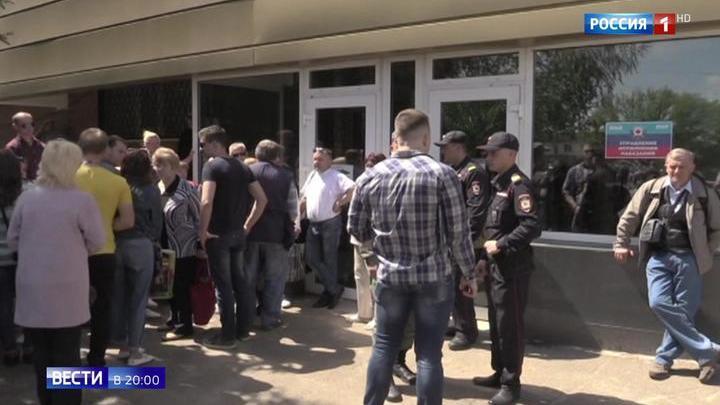 Очередь занимают с пяти утра: столпотворение возле миграционных центров Луганска