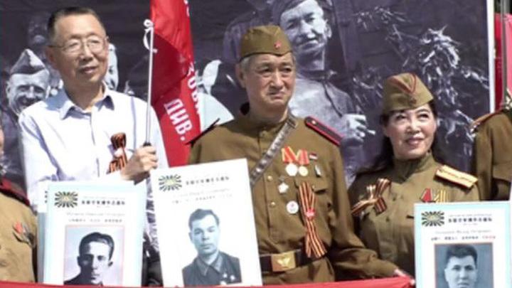 """""""Бессмертный полк"""" в Пекине закончился необычным салютом"""