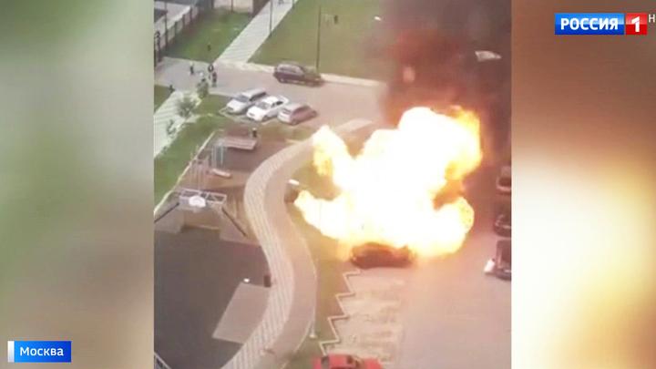 Четыре машины сгорели в Новой Москве: авто взорвалось во время ремонта