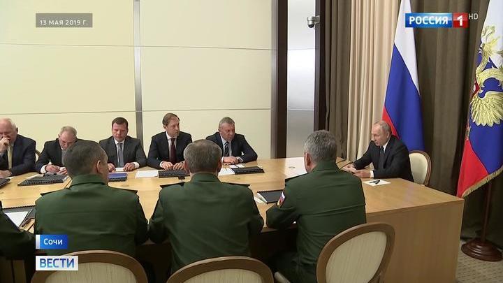 Путин провел совещание с руководством Минобороны в Сочи