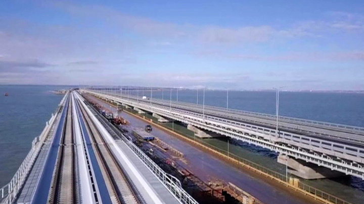Крымскому мосту исполнился год