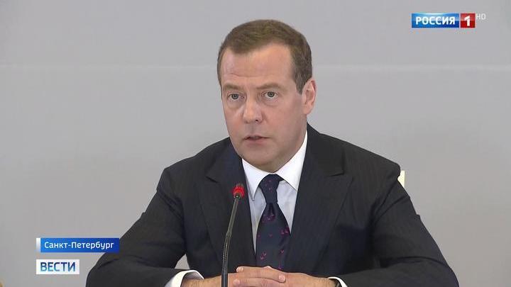 Медведев представил сборник юридических статей под собственной редакцией на форуме в Питере