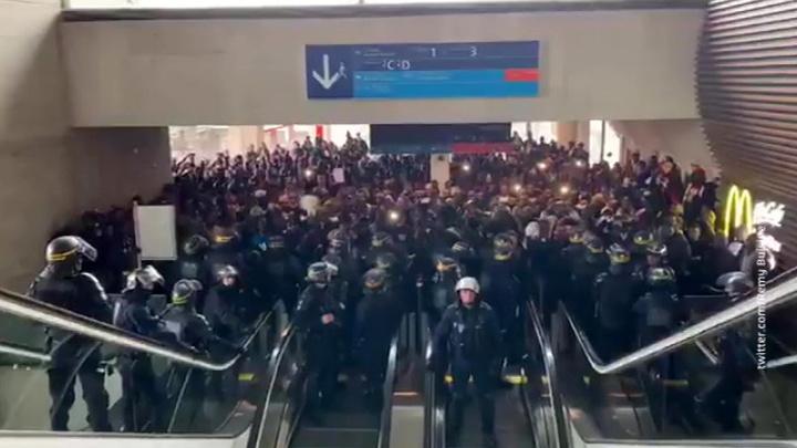 Мигранты устроили сидячую забастовку в парижском аэропорту
