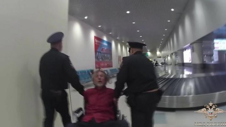 Пьяного дебошира сняли с самолета и на кресле-каталке доставили в отделение полиции