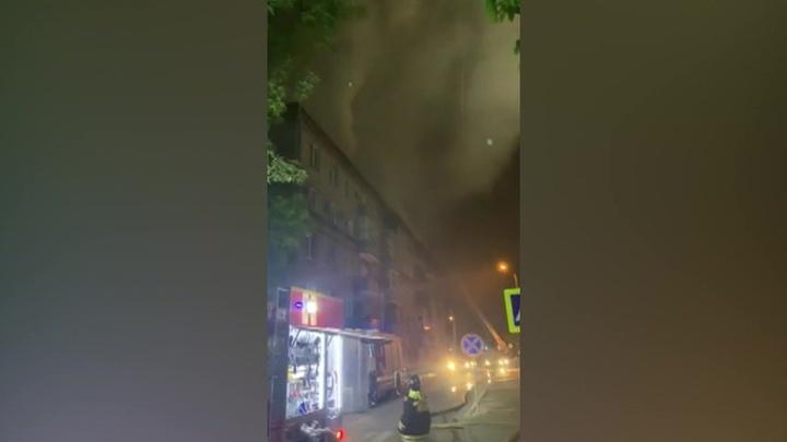 На юге Москвы горит жилой дом