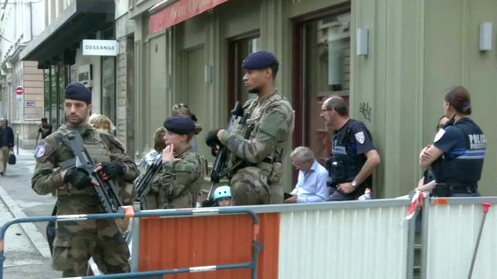 Подозреваемого во взрыве в Лионе ищут 90 следователей