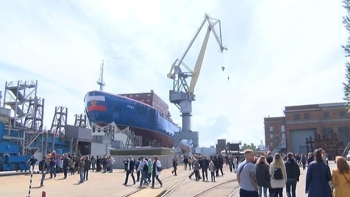 "Ледокол ""Урал"" готовят к спуску на воду"