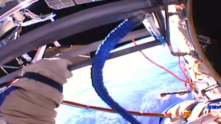 Космонавты поздравили Леонова и забрали полотенце, провисевшее в космосе 10 лет