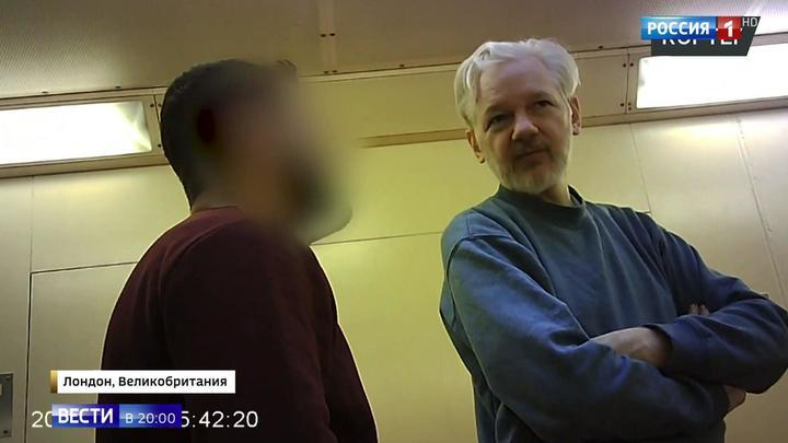 Побритый и коммуникабельный: появилось первое видео Ассанжа в тюрьме