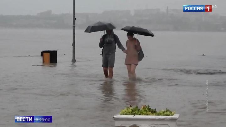 Тропический ливень в Крыму: машины поплыли как корабли