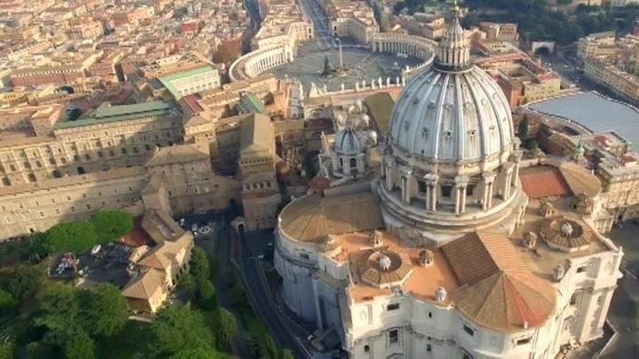 Туристические запреты Рима: голый торс, купание в фонтанах и свадебные замки