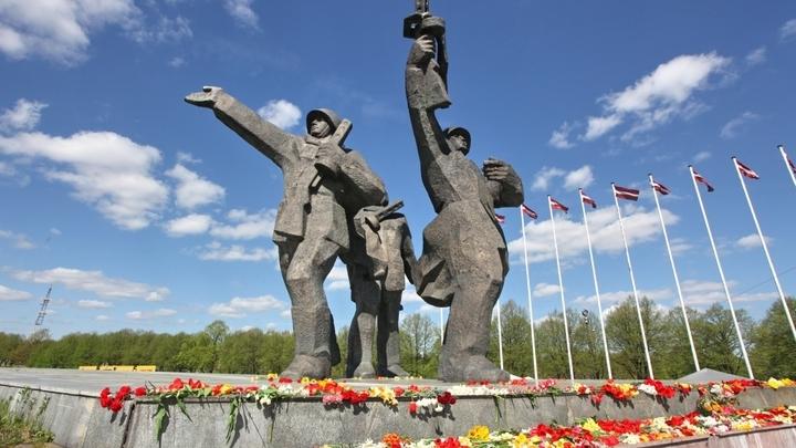 В Латвии перекрыли прямой доступ к памятнику освободителям Риги