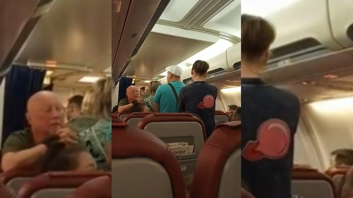 """""""Мы выходим"""": задержанный из-за """"бунта"""" пассажиров самолет сел в Таиланде"""