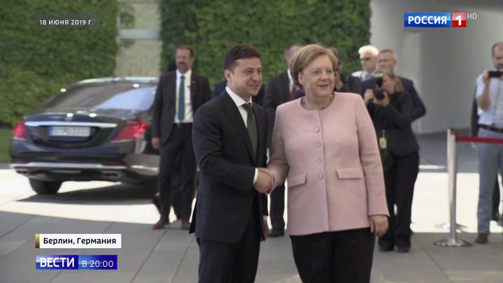 Зеленского упрекнули в бездействии рядом с дрожащей Меркель