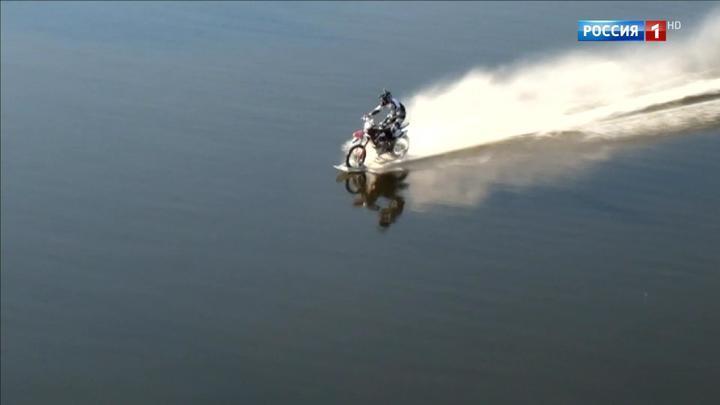 Столичные экстремалы испытали мотоцикл-амфибию