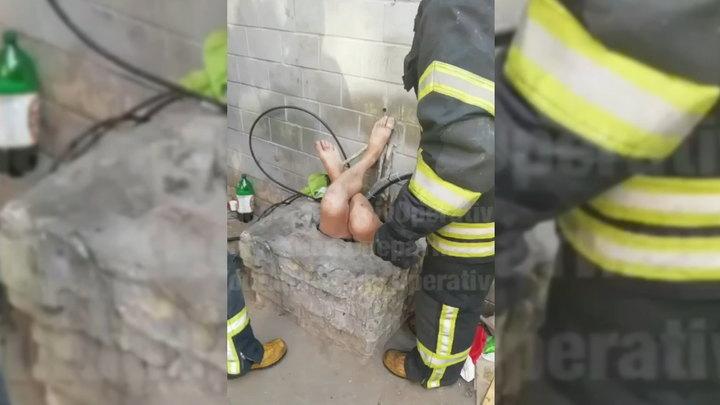 Полуголый украинец застрял в люке вверх ногами, спасая чужой телефон