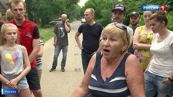 В Солнцеве жители не могут проехать к домам из-за парковки на пути к пруду