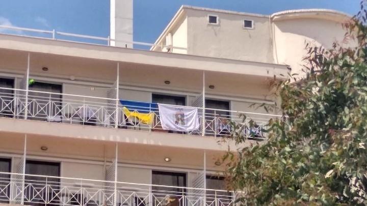 Греческий отель выгнал туристов с Украины за развешанные на балконах флаги