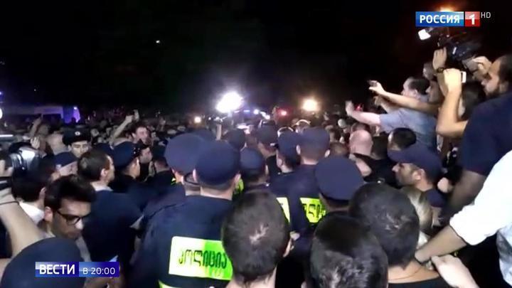 """Вино и """"Боржоми"""" вслед за самолетами: антироссийская истерия ударила по самой Грузии"""
