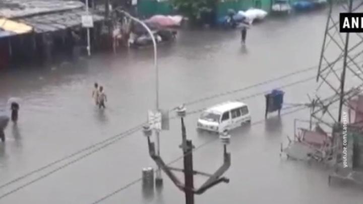 В Индии тысячи людей оказались в зоне наводнения