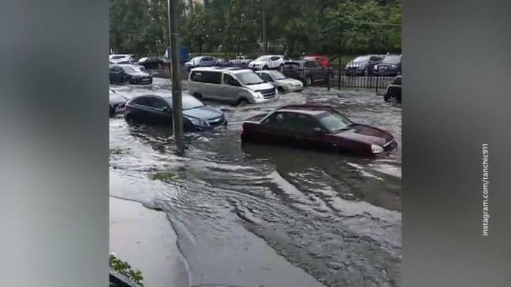 Машины поплыли: ливень затопил улицы Петербурга
