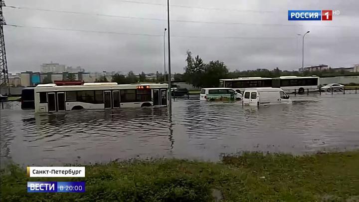 Петербург поплыл: мощнейший ливень превратил улицы города в реки