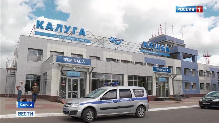 Пассажиров экстренно севшего в Калуге самолета из Черногории доставят в Москву на автобусах