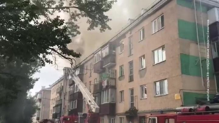 В Южно-Сахалинске тушат горящую крышу жилого дома