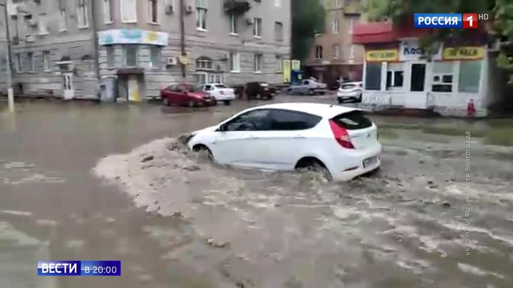 В Элисте не ходят маршрутки, а в Волгограде с улиц и из тоннелей откачивают воду