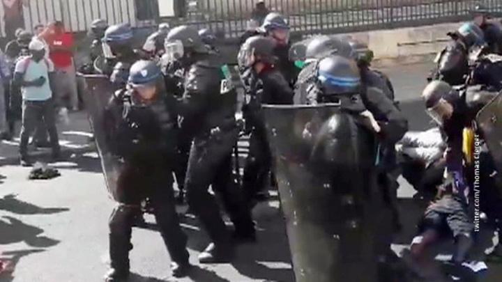 """На смену """"желтым жилетам"""" пришли """"черные"""": бездомные захватили парижский Пантеон"""