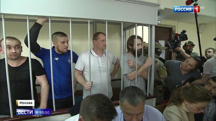 Останутся за решеткой: вердикт суда украинские моряки встретили в окружении родственников