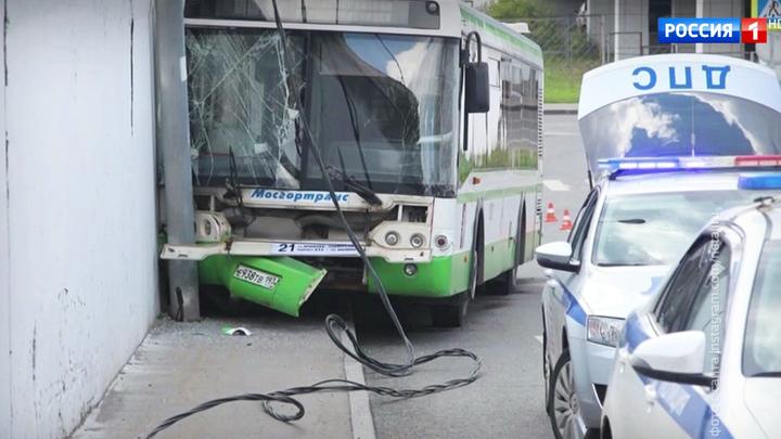 В Зеленограде автобус врезался в стену