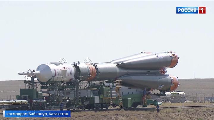 """Ракета с кораблем """"Союз"""" установлена на """"Гагаринском старте"""" Байконура"""