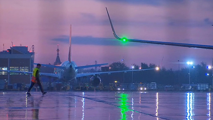 Задымление самолета в Шереметьеве: спасая внучку, мужчина спрыгнул с крыла и сломал ногу