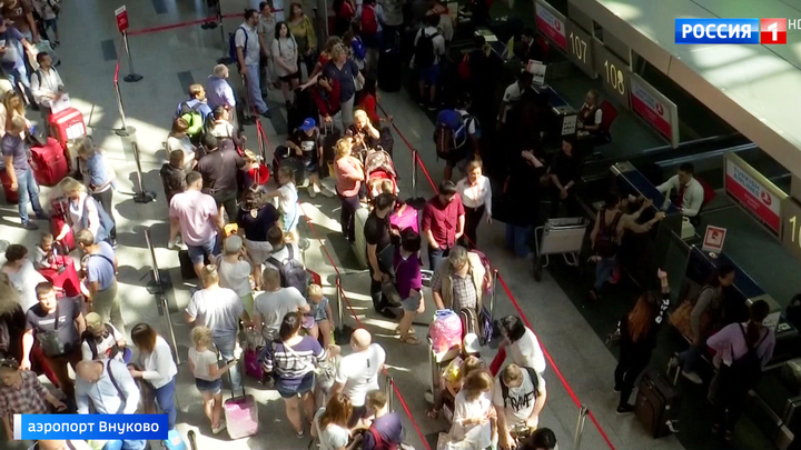 Во Внукове сотни пассажиров много часов ждут вылета в Анталью
