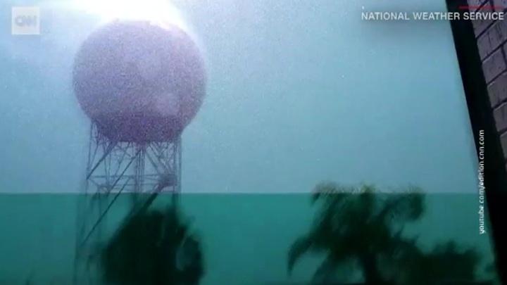 На пляже во Флориде восемь человек пострадали от молний